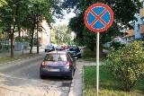 Lokatorzy bloków przy al. Pasjonistów nie mogą parkować.   Są znaki - są też mandaty...
