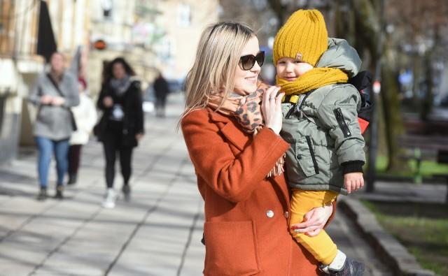 Dominika Gromek z dwuletnim synkiem Frankiem cieszą się, że w Zielonej Górze powstanie nowy żłobek.