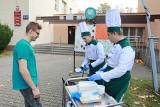 Grochówka od uczniów Gastronomika z okazji Światowego Dnia Walki z Głodem