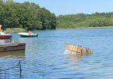 Kuźnica Zbąska: Beczka z fekaliami pływała w jeziorze. Sprawę badają grodziscy policjanci [ZDJĘCIA]