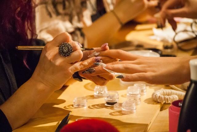 Paznokcie hybrydowe powodują raka? Paznokcie hybrydowe i żelowy manicure może zwiększyć ryzyko zachorowań na raka skóry. Coraz częściej eksperci ostrzegają, że lampy UV mogą wywołać czerniaka.