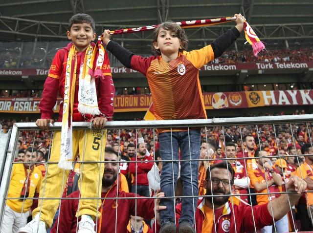 Turecka Super Lig ma być wznowiona 12 czerwca 2020 roku. Po 26 kolejkach po 53 punkty na koncie mają Trabzonspor i İstanbul Başakşehir. Za nimi z 50 punktami czai się Galatasaray Stambuł.