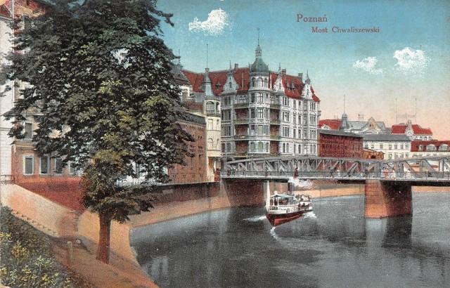 Ten Poznań pozostał już tylko we wspomnieniach i na... pocztówkach. To właśnie dzięki nim możemy się przenieść w czasie i odkryć na nowo zapomniane piękno stolicy Wielkopolski.POLECAMY TEŻ: To było piękne miasto. 21 zdjęć przedwojennego Poznania! Historia najstarszej poznańskiej pocztówki sięga 1896 roku. Do dziś nie udało się odnaleźć egzemplarza, którego datowanie byłoby starsze niż 11 grudnia 1896 roku. Taką datę nosi prezentowana kartka przedstawiająca ratusz, Bibliotekę Raczyńskich i budynek poczty. Przejdź dalej i zobacz 25 najpiękniejszych pocztówek z Poznania --->