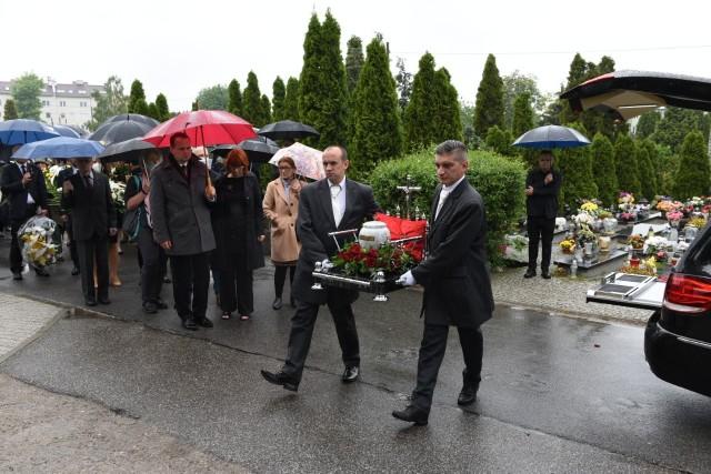 Na cmentarzu komunalnym numer 2 w Toruniu odbyła się ceremonia pogrzebowa. Profesor Marian Filar miał 77 lat.