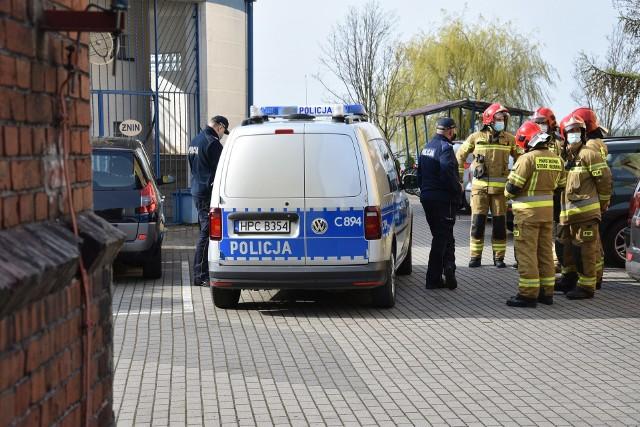 Policja i strażacy zawodowi przed I LO w Żninie. Interwencja po wiadomości o podłożonej bombie. Więcej w tekście i wideo niżej
