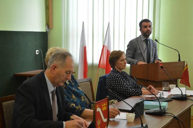 Na pierwszym planie radny Wiesław Antos. W głębi dyrektor szpitala Łukasz Szafrański