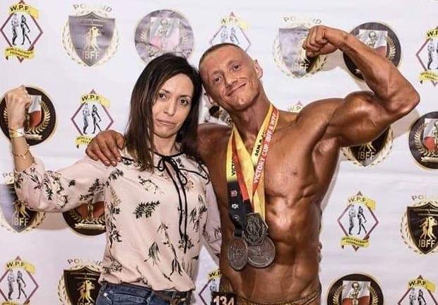 Adrian Myśliwski jest trenerem personalnym siłowni Xtreme Fitness Gyms, dietetykiem, kulturystą, trzy krotnym wicemistrzem federacji  IBFF & WPC.