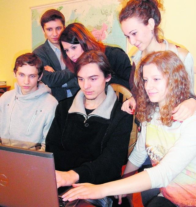 Artur, Alesia, Sofija oraz Aleksander, Dmytro i Wiktoria z uwagą śledzą doniesienia z Ukrainy. Korzystają z telewizji, internetu, ale też relacji z pierwszej ręki od swych krewnych i znajomych