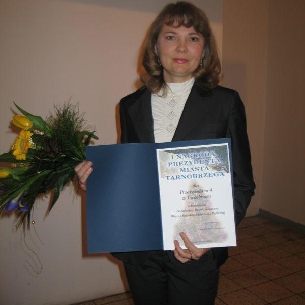 Główną nagrodę w tegorocznym konkursie na najładniejszy wystrój świąteczny witryn sklepowych i budynków użyteczności publicznej prezentuje Beata Kalisz, dyrektor zwycięskiego Przedszkola nr 4.