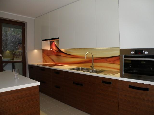 Szklane panele na ścianieCena paneli szklanych jest wyższa od tradycyjnej glazury, jednak uzyskiwany efekt jest jej warty. Widoczny na zdjęciu projekt o wymiarach 70 na 290 cm, zrealizowany w Poznaniu, razem z montażem, kosztował 1800 złotych brutto.