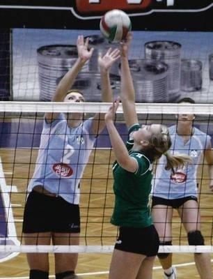 Kadr z wygranego przez Wisłę meczu z AZS Skawą UEK. O piłkę walczą Karolina Surma (Skawa, w błękitnej koszulce) i Joanna Mokrzycka. Fot. Artur Bogacki