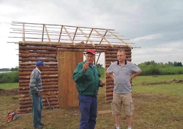 Trwają ostatnie prace przy budowie makiety wołyńskiej wioski.