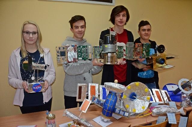 Licealiści z Zelowa, którzy będą mieli okazję porozmawiać z astronautami z Międzynarodowej Stacji Kosmicznej ISS, brali udział w konkursach, a także przygotowali w szkole wystawę o stacji