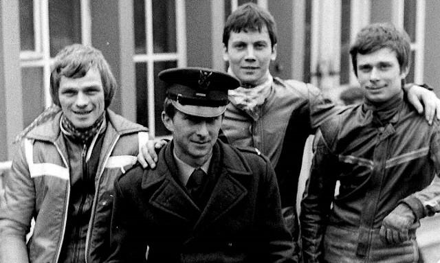 Grzegorz Malinowski na przepustce - w towarzystwie (od lewej) Andrzeja Huszczy, Wiesława Pawlaka i Macieja Jaworka