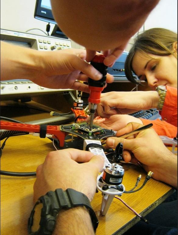 Studenci z Politechniki konstruują drony. Mają rozpoznawać i śledzić ludzi i auta (ZDJĘCIA, FILMY)
