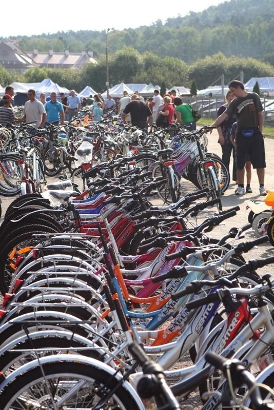 Setek rowerów wystawionych w Miedzianej Górze z każdym tygodniem mniej ma szansę na sprzedaż. Przed kupnem warto negocjować cenę nawet przy nowym sprzęcie.