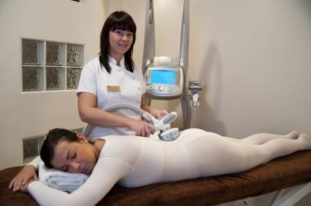 Endermologia, czyli masaż pod ciśnieniem, dodatkowo pozwala pozbyć się cellulitu