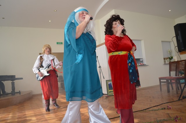 Kto powiedział, że występy na scenie są dla młodych? Seniorzy  z  Gostycyna udowodnili, że  lubią  śpiewać i nieźle sobie radzą.