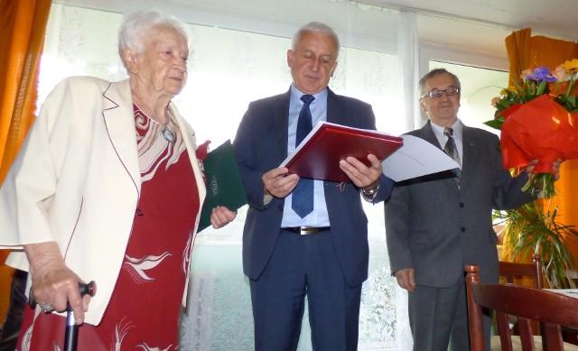 Feliksa Juszczyk z Buska-Zdroju otrzymała gratulacje z okazji 100. urodzin od burmistrza Waldemara Sikory. Na zdjęciu z prawej - syn jubilatki Andrzej Juszczyk.
