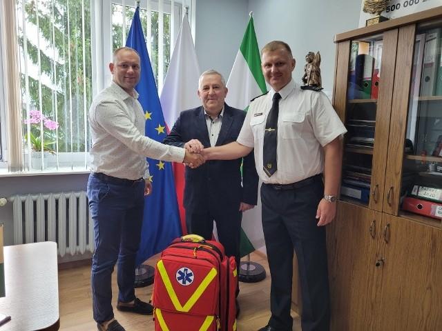 Sprzęt ratunkowy przekazany został we wtorek, 27 lipca. Na zdjęciu od lewej: Hubert Czubaj, Mirosław Górka i Kamil Bieńkowski.