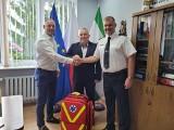 Gmina Głowaczów. Wójt przekazał strażakom sprzęt ratunkowy