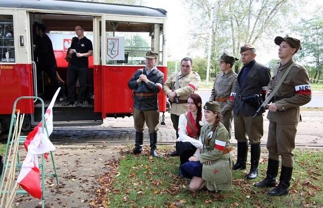72. rocznica powstania Narodowych Sił Zbrojnych w W ramach obchodów 72. rocznicy powstania Narodowych Sił Zbrojnych w sobotę w różnych miejscach miasta można było obejrzeć pokazy i scenki grupy rekonstrukcyjnej z II wojny światowej. Rekonstruktorzy jeździli zabytkowym tramwajem.