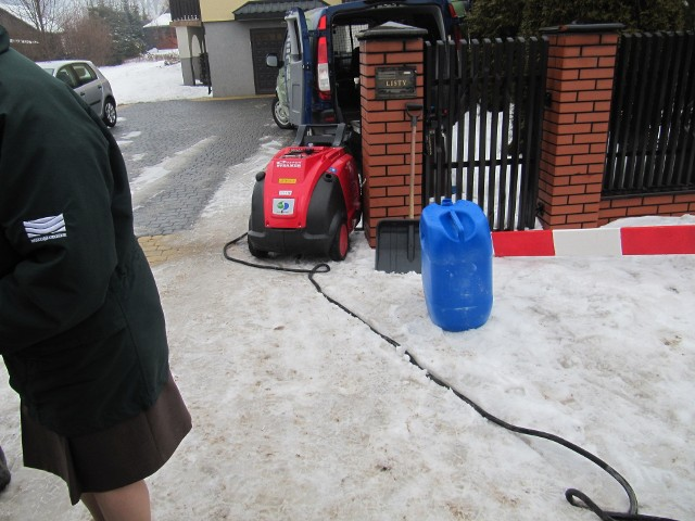 Odmrażanie przyłączy wodyUrządzenie do odmrażania przyłączy wodociągowych, za pomocą pary pod ciśnieniem. Test miał miejsce w miejscowości Ścięgna gm. Zagnańsk , 22 lutego 2012 r.