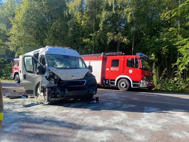 Wypadek autobusu i busa na drodze 211. Trzy osoby ranne.