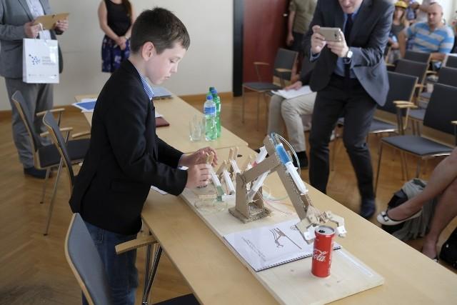 """Dziś w Urzędzie Marszałkowskim odbyło się uroczyste podsumowanie oraz wręczenie nagród w konkursie zorganizowanym przez Kujawsko-Pomorską Agencję Innowacji pt. """"Mój innowacyjny wynalazek"""". Na konkurs wpłynęło 113 prac, które oceniano pod kątem pomysłowości, innowacyjności oraz potencjału rynkowego i rozwojowego wynalazku. Nagrody i wyróżnienia wręczone w kilku kategoriach wiekowych. Dodatkowo przyznano również nagrody specjalne. Warto obejrzeć: Suzanne Vega wystąpiła w Toruniu [ZDJĘCIA]"""