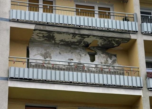 Zerwany tynk z balkonu w budynku przy ul. Wiatracznej.