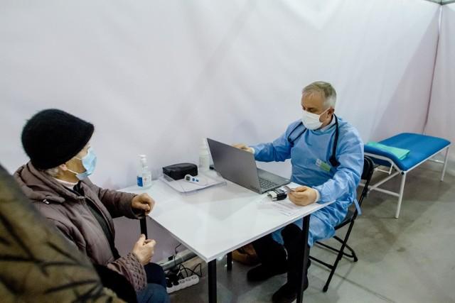 W poniedziałek rozpoczął się proces masowego szczepienia seniorów z grupy I. Chodzi o osoby powyżej 70. roku życia.