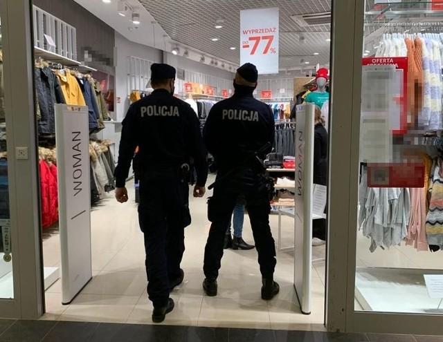 Jak co roku, przed świętami, jak i w ich trakcie, nad bezpieczeństwem będą czuwać słupscy policjanci. Mundurowych spotkamy na drogach, dworcach, przystankach, w sklepach czy galeriach. Funkcjonariusze będą działać prewencyjnie, a w przypadku działań niezgodnych z prawem, będą reagować i udzielać pomocy.