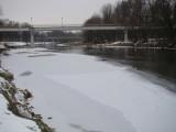 Oświęcim. Soła przy brzegach już skuta lodem, jeszcze dwa dni takiego mrozu i będzie cała zamarznięta