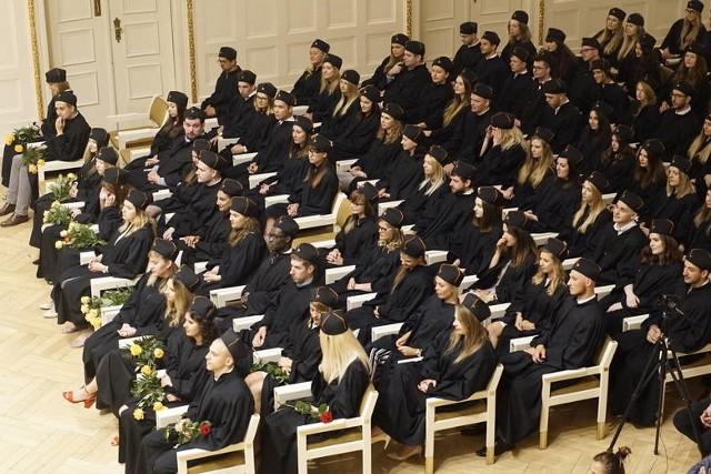 Po raz 21. opublikowany został Ranking Szkół Wyższych Perspektywy 2020: na czele Uniwersytet Jagielloński, na drugim miejscu Uniwersytet Warszawski (przed rokiem było odwrotnie), na trzecim - Politechnika Warszawska. UAM Znalazł się na piątym miejscu od razu za Akademią Górniczo-Hutniczą w Krakowie. Zobacz ranking według typów uczelni.Przejdź do galerii ----->