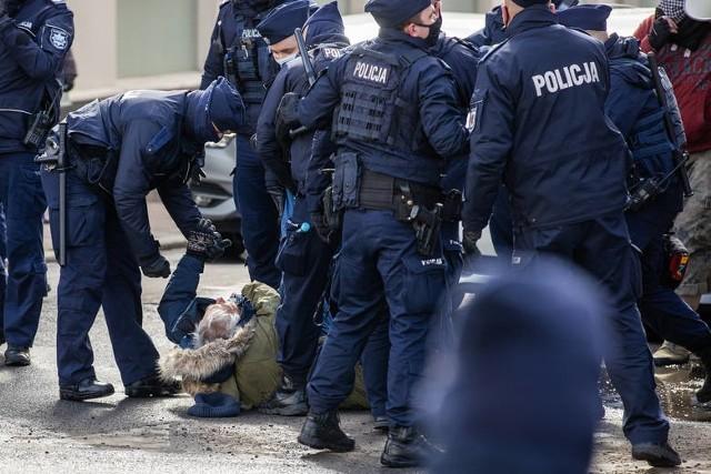 Przerzucanie policjantów nie dotyczy tylko stolicy. Ostatnio - podczas obchodów Marca '81 w Bydgoszczy na zabezpieczenie ściągnięto policjantów z Grudziądza.