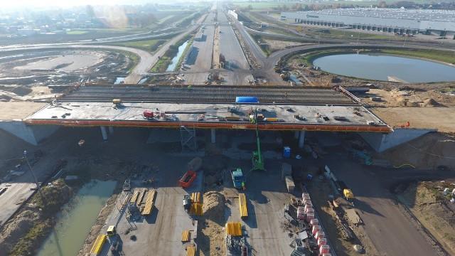 Na zdjęciach budowa autostrady A1 na wszystkich pięciu odcinkach między Częstochową i Tuszynem. To ostatnia brakująca cześć A1 w Polsce o długości ponad 80 km. Droga ma być gotowa w 2022 roku. Zobacz kolejne zdjęcia. Przesuwaj zdjęcia w prawo - naciśnij strzałkę lub przycisk NASTĘPNE