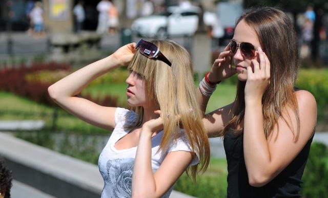 O czym należy pamiętać kupując okulary przeciwsłoneczne? Podpowiadamy, na co trzeba zwrócić uwagę, aby ciemne szkła były dla nas bezpieczne. Zapraszamy do obejrzenia kolejnych slajdów.