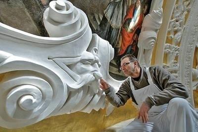 Jeden z prowadzących prace konserwatorskie w Kaplicy Wazów, Ryszard Ochęduszko przy odnowionej sztukaterii w kopule Fot. Anna Kaczmarz