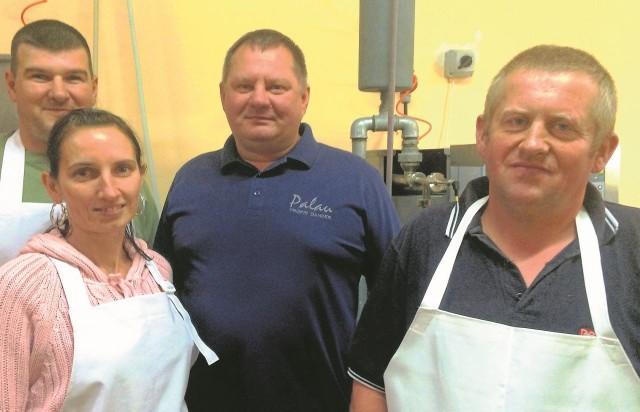 Leszek Skibicki (na dużym zdjęciu w środku) ze swoją ekipą, która najlepiej wie, jak wycisnąć sok z każdego owocu. I to do ostatniej kropli!
