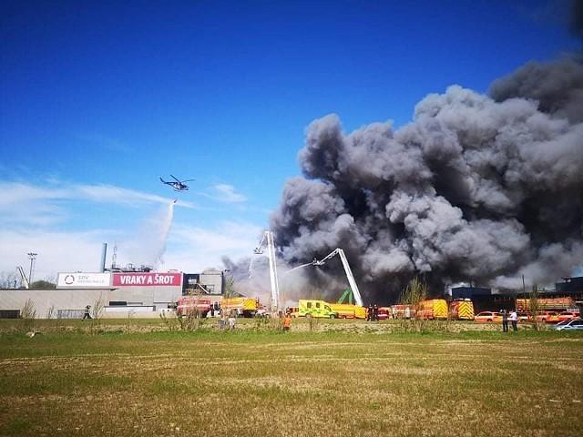 Pożar na terenie strefy przemysłowej w Ostrawie.