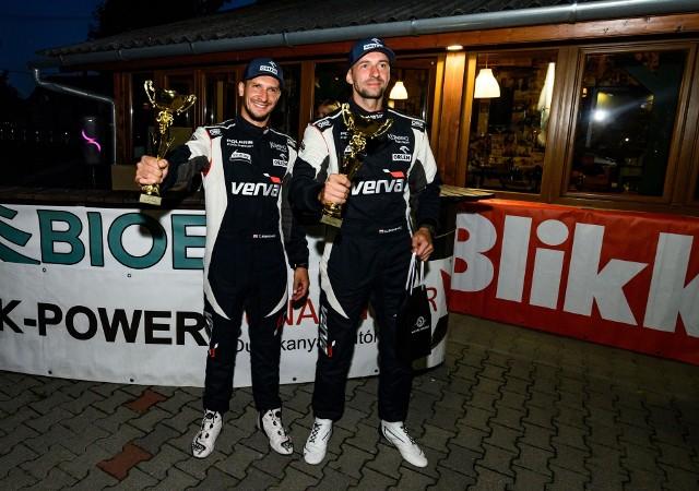 Tomasz Białkowski i Dariusz Baśkiewicz z pucharami za zwycięstwo w wyścigu Kalo Race