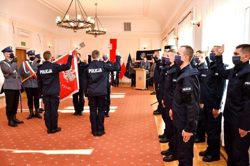 Białystok. Ślubowanie policjantów w podlaskiej Policji. Dwunastu nowych funkcjonariuszy dołączyło do służby (zdjęcia)