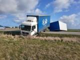 Wypadek w Swarzewie. Przewrócona ciężarówka z przyczepą na drodze DW 216 koło Swarzewa. Droga jest zablokowana