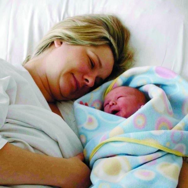 Od początku tego roku zanotowano 702 urodzenia. Na zdjęciu: Aneta Makowska z Ełku od niedzieli szczęśliwa mama Amelki.