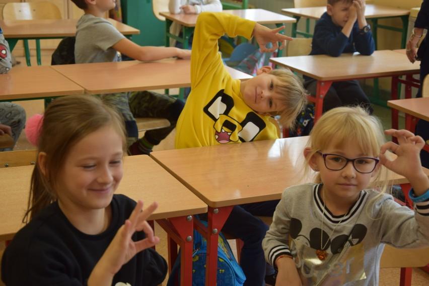 Lekcja języka migowego w Szkole Podstawowej nr 1 w Zielonej...