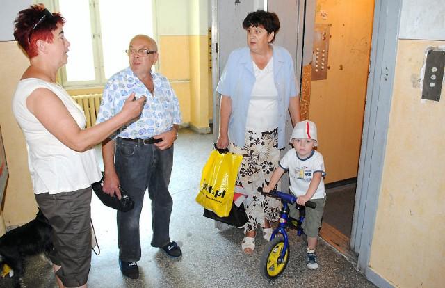 Zdezelowana winda w bloku mieszkalnym w Grudziądzu– Windy psują się prawie codziennie – mówi Maria Aniszewska (z lewej). Z sąsiadką rozmawiają Wiesław Spakowski i Hanna Puławska