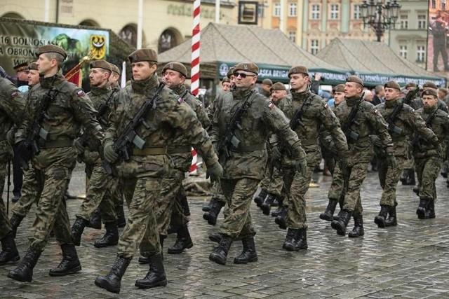 Żołnierze zawodowi zarabiają więcej. I tak: 460 zł podwyżki otrzymali szeregowi, od 600 do 620 zł MON zaproponował kapitanom, od 500 do 660 zł pułkownikom i 670 zł generałom. Ile teraz łącznie zarabiają?