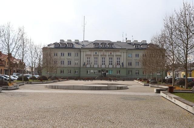 27 maja 1990 roku odbyły się pierwsze wybory do samorządu terytorialnego w Polsce, po 40 latach przerwy. W Białobrzegach Radę Miasta i Gminy, która następnie wybierała burmistrza. Pierwszy objął urząd w czerwcu 1990 roku. Przez 12 lat burmistrza wybierali radni, dopiero w 2002 roku wprowadzone zostały wybory bezpośrednie. Wszyscy są zgodni, że samorządy są podstawą sukcesu Polski w ostatnich latach. Przy okazji jubileuszu przypominamy tych, którzy rządzili miastem i gminą Białobrzegi przez ostatnie 30 lat. Zobaczcie kiedy rządzili i co robią dziś. Na kolejnych slajdach burmistrzowie Białobrzegów od dziś do roku 1990. Zobacz włodarzy na kolejnych zdjęciach >>>