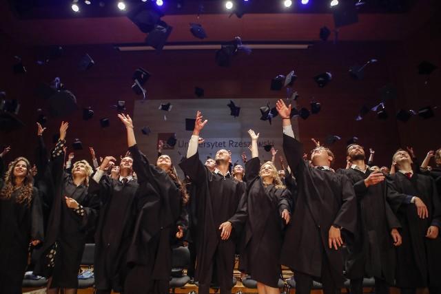Pierwsi absolwenci medycyny UR odebrali swoje dyplomy.