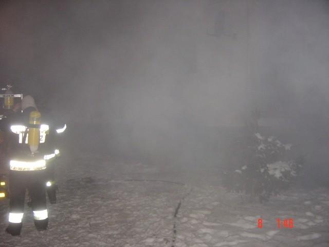 Akcję w bloku utrudniał gęsty i gryzący dym. Strażacy musieli pracować w aparatach tlenowych.
